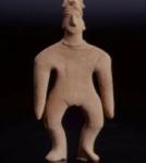 Figurine anthropomorphe. Vêtement suggéré par les incisions.  Haut : 17 cm  A. d'Orval